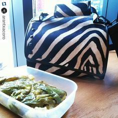 Pimientos al horno y patatas para comer. Muchas gracias por compartir el estreno de tu Snailbag Amazonas Zebra con el mundo, Arantxa. ¡Comer de tupper está de moda! #Snailbag #lunchbag #tuppertime #healthy #moda #chic #MadeInSpain #ShopOnline  http://www.snailbag.es/shop/descuento-del-50/bolsa-porta-alimentos-isotermica-para-tuppers/lunchbag-bolso-porta-alimentos-isotermico-snailbag-snailbag-amazonas-zebra/