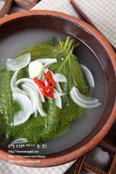 깻잎으로 물김치를 담가봤어요.와촌 노고추 어머님 깻잎김치가 그렇게나 맛있다는데...어머님 김치맛은 아... Spicy Recipes, Asian Recipes, Cooking Recipes, K Food, Food Menu, Korean Side Dishes, Korean Food, Korean Menu, No Cook Meals