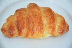 ΧΡΥΣΟΥΛΑΣ ΓΕΥΣΕΙΣ: ΚΡΟΥΑΣΑΝ ΒΟΥΤΥΡΟΥ Hot Dog Buns, French Toast, Sweets, Bread, Baking, Breakfast, Ethnic Recipes, Food, Sweet Pastries