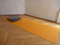 tapis de yoga, coussin, couverture salle de yoga rue de la Loge 6 à La chaux-de-Fonds, Suisse salle de yoga également à Neuchâtel  #banyann #yoga #meditation #bienetre Logs, Rue, Whitewash, Switzerland, Room, Magazines