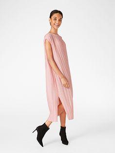 En böljande och vacker klänning i mjukt, plisserat material.   Slits vid båda sidor  Luftigt, plisserat material  Längd 120 cm i stl M    Maskintvätt 30° skontvätt Material: 100% Polyester Artikelnummer: 7577087