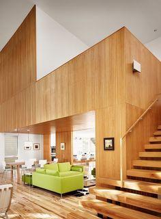 Sala com revestimento em madeira. Escada solta, linda!