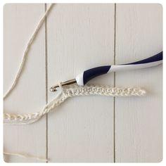 gratis haakpatroon kussen lossenketting Tassel Necklace, Arrow Necklace, Yarn Projects, Clothes Hanger, Cool Stuff, Knitting, Diy, Jewelry, Abandoned