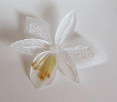 Flor em papel vegetal para adorno de lembrancinhas, porta-guardanapos, convites etc. Dimensões aproximadas: 8x8 cm. Pedido mínimo: 20 unidades. R$ 6,00