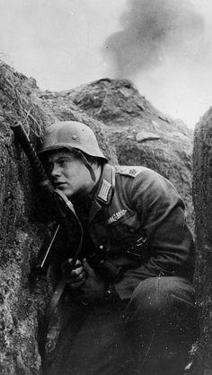 Leutnant platoon commander of the Grossdeutschland PzGren armed with an Italian Beretta Model German Soldiers Ww2, German Army, Army History, D Day Normandy, Germany Ww2, German Uniforms, Military Men, Second World, Luftwaffe