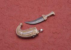 Miniatura di Jambiya con lama in damasco, impugnatura e fodero in oro e brillanti