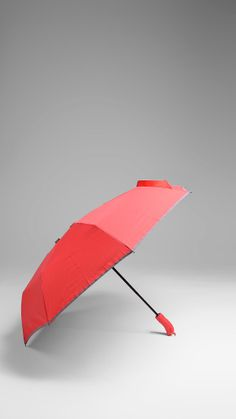 Retro-inspired Swims self opening umbrella features push button, auto-up/auto-down action that makes it easy to operate with one arm, reflecting band. Suitable for travel, advantage to carry in your purse or suitcase.