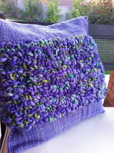 cojin lila Weaving Textiles, Weaving Patterns, Linen Pillows, Decorative Pillows, Loom Weaving, Hand Weaving, Knot Cushion, Weaving Projects, Weaving Techniques