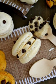 cookie dough macarons // a lovely cookie dough filling Baking Recipes, Cookie Recipes, Dessert Recipes, Cookie Ideas, Frosting Recipes, Just Desserts, Delicious Desserts, Yummy Food, Macaroon Cookies