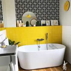 On commence l'année avec un nouveau décor mural dans la salle de bain Papier peint @orlakiely so 70s! Découvrez les créations de @orlakiely sur le blog winkdeco.fr (lien dans la bio) #winkdeco #wink #homedecor #homedesign #homestyle #myhome #mysweethome #homesweethome #scandinave #decoaddict #instadeco #interieur #insparation #picoftheday #madecoamoi #instahome #lovedeco #athome #sdb #salledebain #jaune #yellow #orlakiely #kiely #baignoire #bathroom #bath #papierpeint Yellow Bathrooms, Vintage Bathrooms, Jungle Bathroom, Big Bathtub, Pretty Room, Brick Flooring, Yellow Walls, Beautiful Bathrooms, Bathroom Inspiration