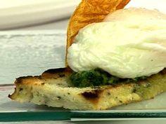 Focaccia con pesto de castañas de cajú, panceta, portobelos y huevo poché