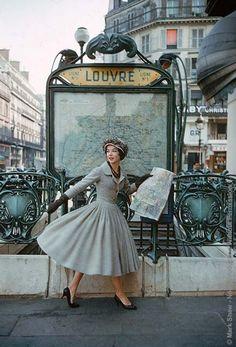 """Photo de l'américain Mark Shaw. La station de métro """"Louvre"""" à Paris. Le modèle porte une robe Christian Dior, Life Magazine 1957. Le site : http://www.markshawphoto.com/"""