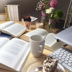 Mit Kaffee und Kuchen bewaffnet geht's der Hausarbeit an den Kragen. Letzte Woche habe ich quasi nichts zustande bekommen, heute läuft es endlich mal wieder. Bis zum Tag der Abgabe sind es zwar noch zwei Wochen, aber ich hab eigentlich nicht vor, kurz vor knapp noch daran zu arbeiten. In zwei Wochen beginnt dann auch das neue Semester. Ich freue mich tatsächlich darauf, vor allem auf einen geregelten Tagesablauf und neue Vorlesungen. Im November steht dann meine erste Prüfung im Rahmen der…
