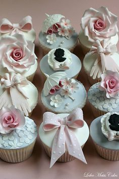 Roses, cameos, parasols, bows, gloves- we're absolutely in love with these vintage inspired cupcakes by Leslea Matsis Cakes!