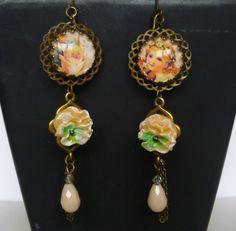 """Boucles d'oreille inspiration Victorienne """" Rosée"""" cabochon style rétro,fleur résine ,perle de verre : Boucles d'oreille par bleusoupir"""