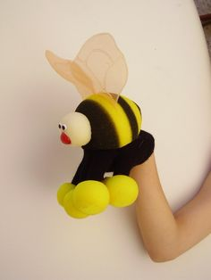 bee glove Animal Hand Puppets, Sock Puppets, Finger Puppets, Activities For Kids, Crafts For Kids, Sewing Projects, Projects To Try, Marionette, Puppet Crafts