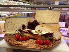 Il Panino E I Suoi Componenti di Elio Franzon Sisa Belmarket Sarcedo (VI)  INGREDIENTI: Pane, formaggio, radicchio e olive farcite