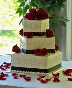 This is what I had originally imagined for my wedding cake - minus the frosting roses - I just like the fresh roses shown, with smooth sides to the cake.