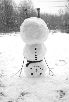 ★雪だるまは、さかさまな気分 雪だるまも頭立するんだ。 とにかく、暑いから、雪だるまさんも さかさまな気分になったんでしょう。