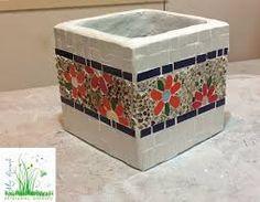 Resultado de imagen para mosaiquismo Cement Flower Pots, Mosaic Flower Pots, Painted Flower Pots, Mosaic Planters, Mosaic Garden Art, Mosaic Art Projects, Mosaic Crafts, Mirror Mosaic, Mosaic Glass