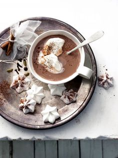 Spiced hot chocolate with meringue stars//