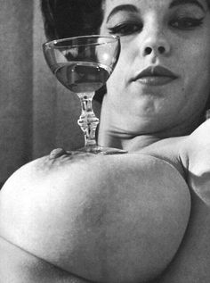Beauty in The Retro Vintage or Just Plain Old Wtf Moments, Woman Wine, Girls World, Figure It Out, Erotic Art, Pin Up Girls, Looking For Women, Just In Case, Decir No