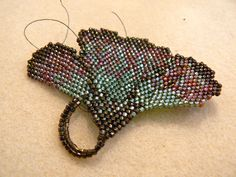 beaded ginkgo leaf--inspired by the work of diane fitzgerald. Seed Bead Jewelry, Bead Jewellery, Beaded Jewelry, Beaded Bags, Bead Embroidery Jewelry, Beaded Embroidery, Beaded Brooch, Beaded Earrings, Beading Tutorials