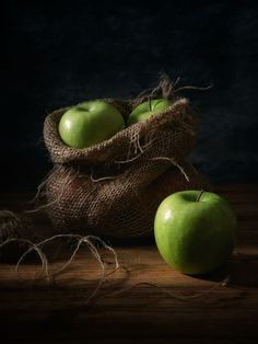 18 Ideas fruit photography dark life - Still life - Fruit Fruit Défendu, New Fruit, Fruit Art, Fruit And Veg, Fresh Fruit, Fruit Salad, Dark Food Photography, Still Life Photography, Photography Ideas