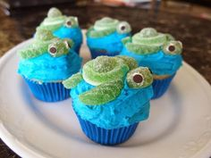 Continuing on with the preparation for my friend Nhi's rainbow food birthday party, I wanted to make her these cool Squirt turtle cupcakes. Sea Turtle Cupcakes, Hawaiian Cupcakes, Beach Theme Cupcakes, Themed Cupcakes, Wedding Cupcakes, Disney Cupcakes, Kid Cupcakes, Birthday Cupcakes, Disney Desserts