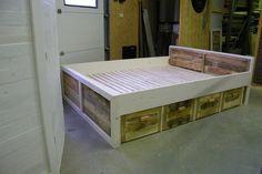2pers-bed van sloophout. 4lades onder het bed.Frame whitewash