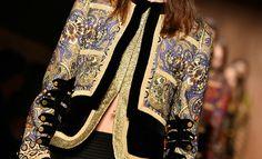 """<p>Embora seja mais fácil cair nas graças e no glamour dos <a href=""""http://www.taofeminino.com.br/moda/album1290092/vestidos-semana-de-moda-de-paris-2017-0.html#p1"""">vestidos desfilados na Paris Fashion Week</a>, muitas vezes são os itens utilitários - como casacos e jaquetas - que acabam por ditar os rumos das tendências do dia a dia.</p><p><span>Delicie-se com a nossa galeria, e saiba em primeira mão o que marcas como Chloé, Isabel Marant e Christian Dior reservam para o inverno.</span></p>"""
