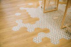 La combinacion de tarima y baldosa hidráhulica hexagonal, dificil ejecución pero gran resultado.