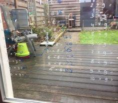 Een tafel tegen het raam:  tafels oefenen leuker maken door ze met krijtstift op het raam te schrijven (blog).