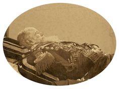 D. Pedro II no leito de morte. Félix Nadar, pseudônimo de Gaspard-Félix Tourmachon (1820 - 1910), ficou ainda mais famoso após imortalizar a figura serena de D. Pedro II nesta foto póstuma. No retrato, o ex-imperador aparece vestido em trajes oficiais, em que se destacavam os ramos de café, singularidade de seu reino tropical.