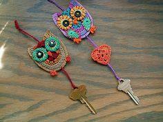 crochet owls and other crochet jewelry Crochet Owls, Love Crochet, Learn To Crochet, Crochet Animals, Crochet Crafts, Crochet Flowers, Crochet Projects, Knit Crochet, Appliques Au Crochet