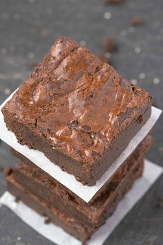 6 Ingredient Flourless Fudge Brownies using easy ingredients and made with no butter or flour! Paleo, vegan, gluten free and grain free!