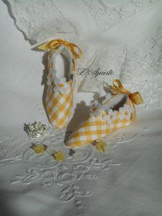 Petits souliers miniatures Pâquerettes en tissu vichy jaune. Décoration Shabby.