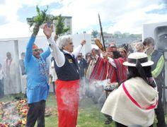 """Hubo rituales de limpias en el festival """"Hecho en Casa"""" de la Casa de la Cultura Ecuatoriana. El presidente de la CCE, Raúl Pérez Torres, fue el primero en participar de esa ceremonia."""