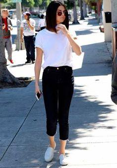 Selena Gomez mostra que uma camiseta branca é a peça chave para um look clássico. Combine com calça cropped e tenis branco.