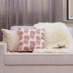 Impossível não querer que a casa fique mais acolhedora no inverno. Além de apostar em tecidos e tons fechados, por que não usar uma manta de pele de carneiro sobre o sofá? É aconchego na certa.