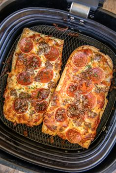 Homemade Air Fryer French Bread Pizza – a million times better than the frozen stuff! Super easy to make and… Air Fryer Recipes Breakfast, Air Fryer Oven Recipes, Air Frier Recipes, Air Fryer Dinner Recipes, Grilling Recipes, Cooking Recipes, Healthy Recipes, Cooking Tips, Cooking Food