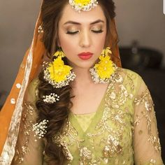 ideas for wedding indian dress mehndi colour Pakistani Bridal Hairstyles, Mehndi Hairstyles, Pakistani Wedding Outfits, Pakistani Bridal Wear, Hijabi Wedding, Flower Jewellery For Mehndi, Flower Jewelry, Bridal Jewellery, Mehndi Makeup