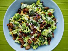 Brokkolisalat, legg til granateplekjerner! Salad Recipes, Snack Recipes, Snacks, Norwegian Food, Norwegian Recipes, Always Hungry, Pasta, Broccoli Salad, Going Vegan