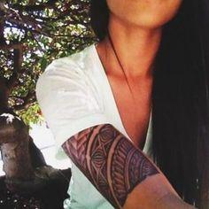 tatouage femme motif tribal maori manche bras
