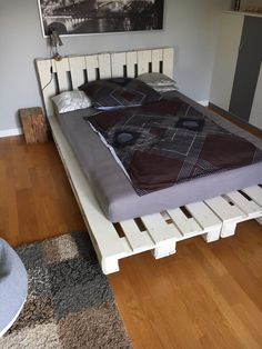 1000 bilder zu paletten bett auf pinterest palettenbetten palletten und bettrahmen aus. Black Bedroom Furniture Sets. Home Design Ideas