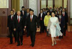 阅兵式结束后,纪念中国人民抗日战争暨世界反法西斯战争胜利70周年招待会在北京人民大会堂隆重举行。这是习近平和夫人彭丽媛同参加招待会的外国领导人共同步入宴会厅,彭丽媛白色长裙搭配淡蓝色鞋包,清丽而飘逸。