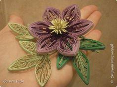 Поделка изделие Квиллинг Цветок-брошь в технике петельчатого квиллинга на гребне Бумажные полосы фото 1