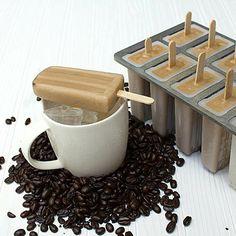 CAFÉ - Prepare uma mistura com três partes de café já preparado para 1 de creme (chantilly ou creme de leite com baunilha). Adoce ao seu gosto. - Encha as forminhas e leve-as ao congelador