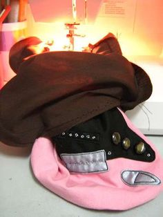 guitar-shaped bag for my boyfriend's PSP (WITH TUTORIAL. and so many pics!) - PURSES, BAGS, WALLETS - my boyfriend saw a guitar-shaped sling bag and he got crazy over it. Rock And Roll Girl, Guitar Images, Guitar Bag, Craft Patterns, Craft Tutorials, My Boyfriend, Fun Projects, Baby Car Seats, Diy Crafts