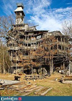 La casa sull'albero più alta del mondo, 10 piani. Crossville (Tennessee, Stati Uniti). Horace Burgess ha trascorso 11 anni a costruire una casa sull'albero alta 10 piani. L'incredibile struttura occupa 10mila metri quadrati di spazio ed è costata solo 12mila euro, grazie all'utilizzo di materiali riciclati. La casa ha al suo interno diversi balconi e un campo da basket. La casa è sostenuta solo da sei alberi. Per realizzarla, Horace Burgess ha utilizzato 258mila chiodi.